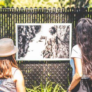 Art-Dooring Sriiz contempler à l'extérieur